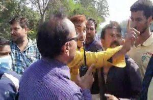 shopkeepers attacked nagar nigam officer